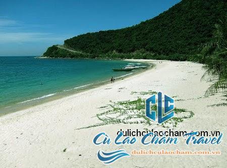 Bãi biển cát trắng mịn, nước biển trong xanh